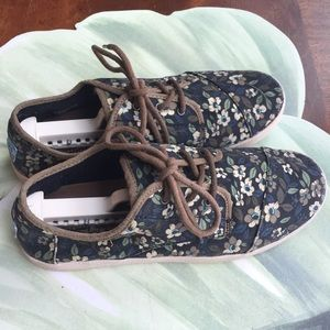 TOMS FLORAL CANVAS SNEAKERS SIZE 8